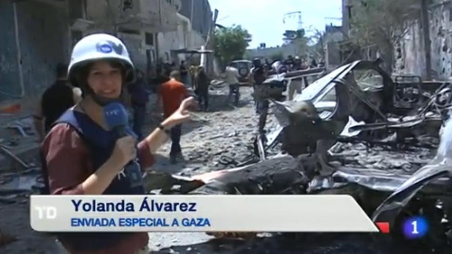 La corresponsal de TVE en Israel, Yolanda Álvarez, durante una crónica desde Gaza