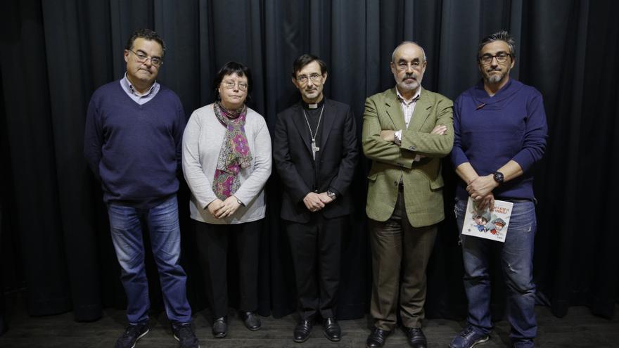 Los participantes, entre ellos el padre de la víctima de Gaztelueta (izda.) y el obispo auxiliar de Madrid (centro)