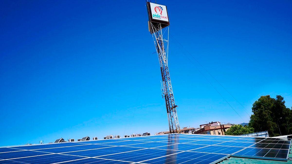 Paneles solares en la sede de Pidetaxi.