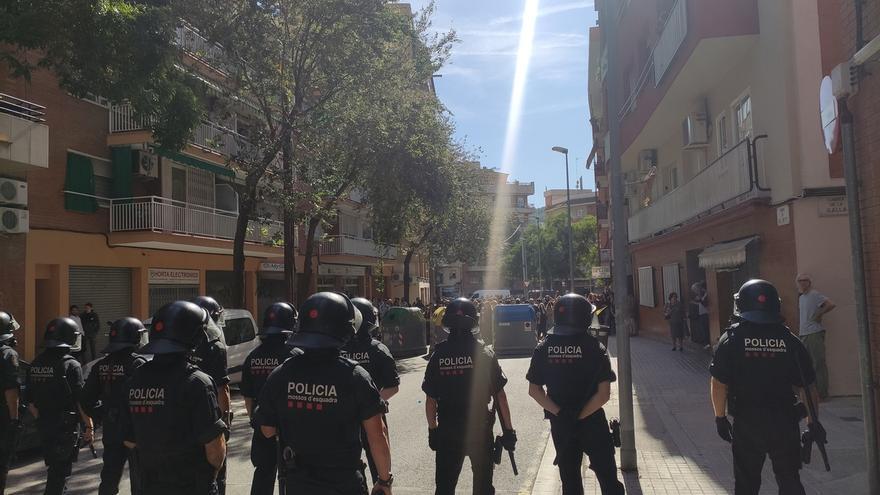 Un centenar de personas protesta contra un acto de Rivera en Barcelona
