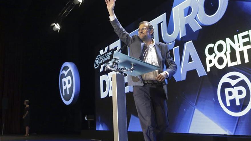 """Rajoy promete más participación en el PP frente a las primarias de """"broma"""" de otros"""