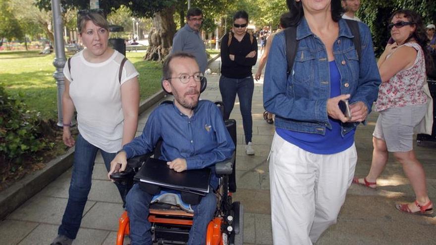 Pablo Echenique, entre Carolina Bescansa (derecha) y la líder de Podemos en Galicia, Carmen Santos.