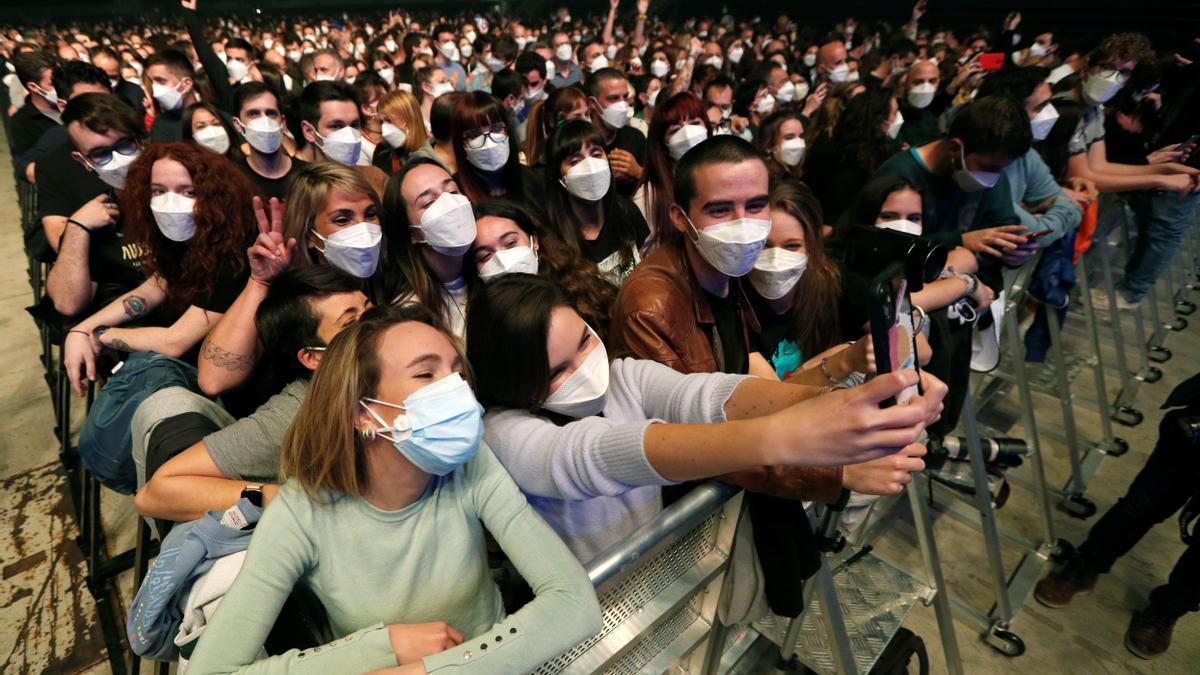 Varios centenares de espectadores situados frente al escenario del palau Sant Jordi de Barcelona, para ver a Love of Lesbian. EFE/Alejandro García