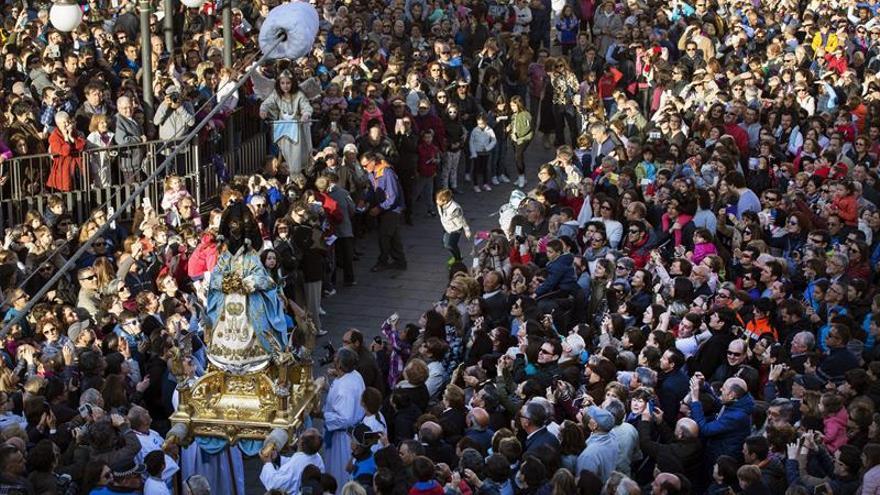 Cientos de personas presencian la Bajada del Ángel en Tudela (Navarra)