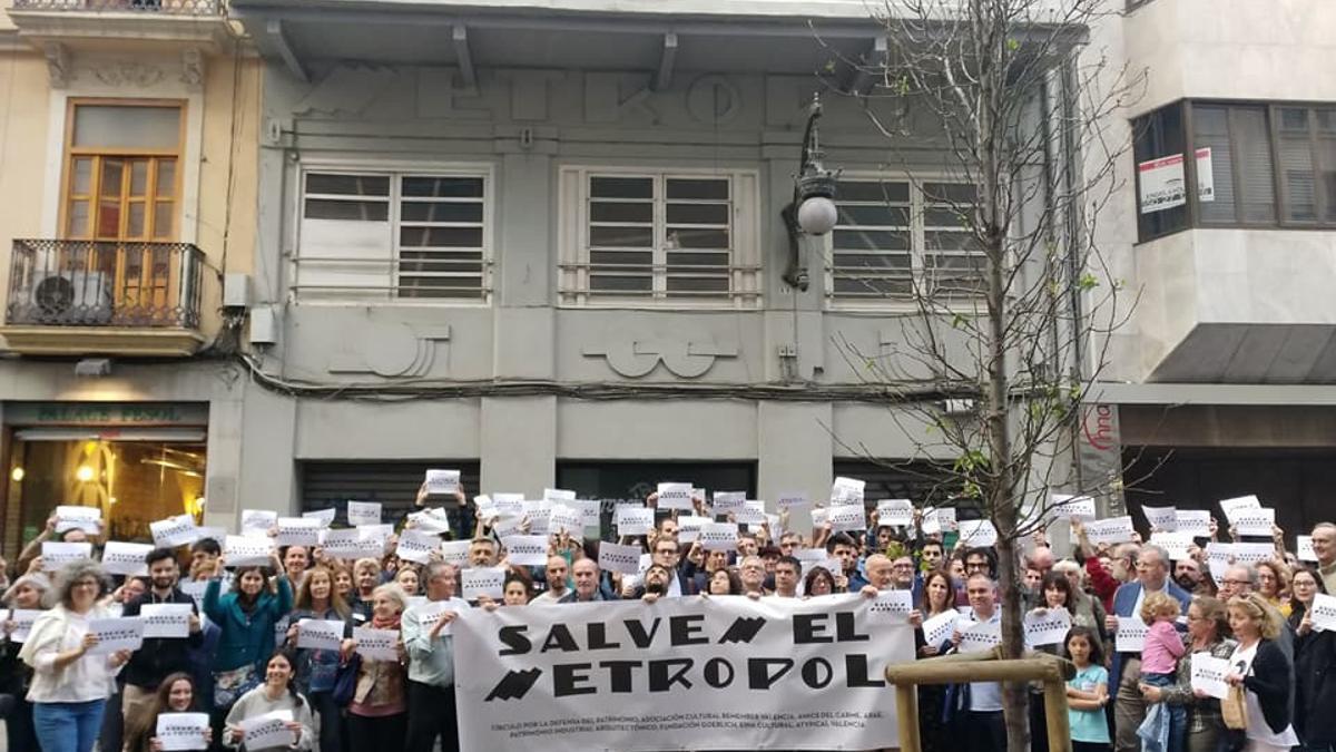 Protesta contra el derribo del cine Metropol.
