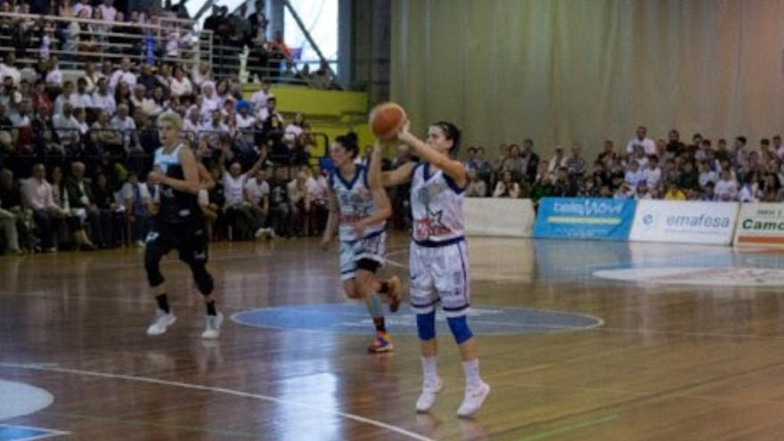 Patricia Cabrera lanzando un triple