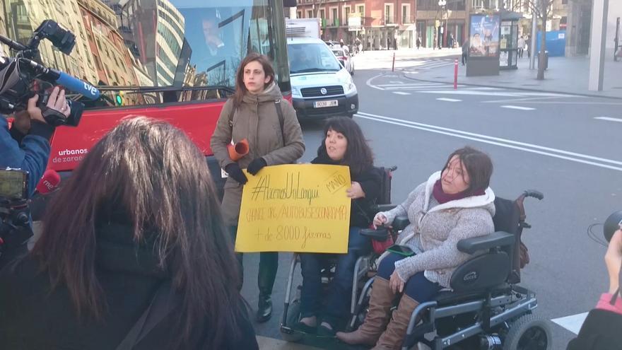 Nerea y Nuria delante del autobús.