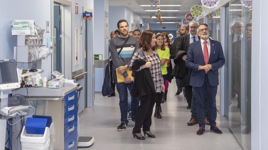 """Rodríguez reconoce a 'Buscando Sonrisas' su """"gran labor de humanización"""" de las estancias pediátricas de Valdecilla"""