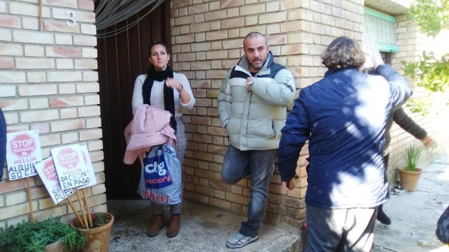 Isabel, hermanda de Antonia, a las puertas de la vivienda durante el desahucio