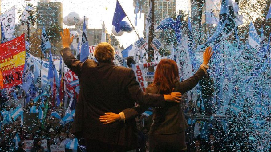 Néstor Kirchner y Cristina Fernández saludan a sus partidarios en un acto en Plaza de Mayo, en junio de 2008.