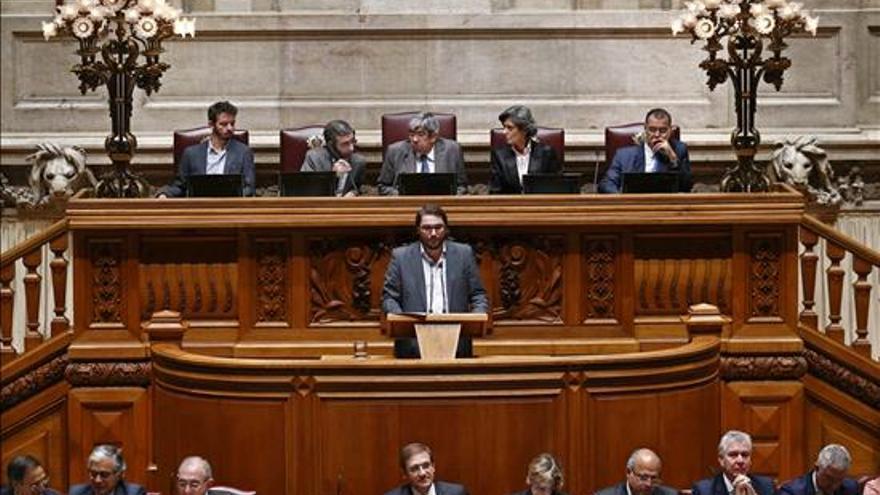El líder del grupo parlamentario del Partido Comunista, Joao Oliveira (centro), ofrece un discurso durante una sesión parlamentaria en la que el gobierno presenta su programa en Lisboa (Portugal). EFE