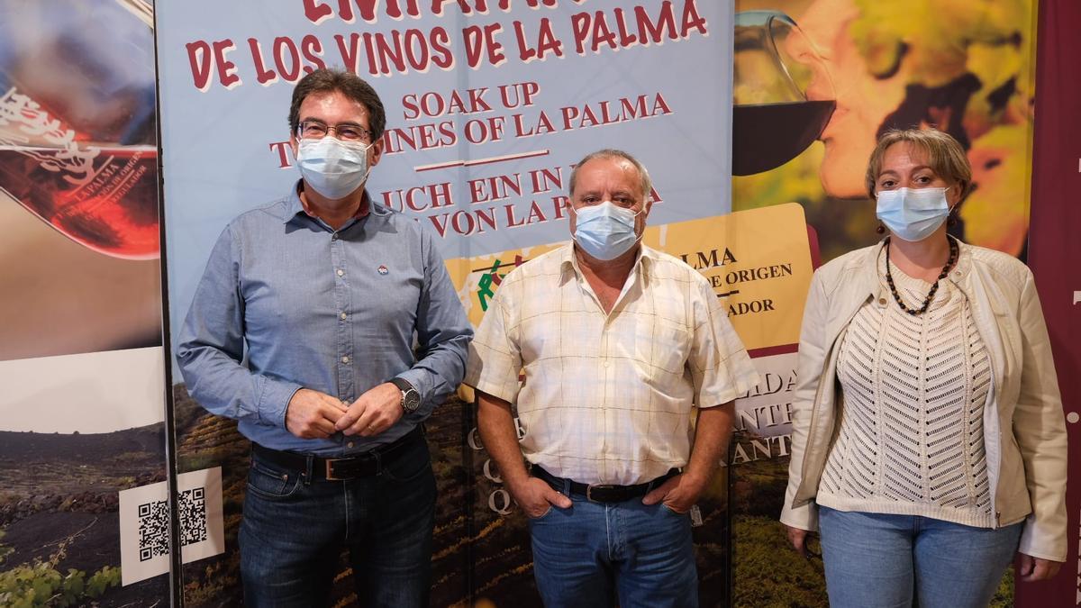 José Adrián Hernández (i), vicepresidente del Cabildo de La Palma y consejero de Agricultura, Ganadería y Pesca,  con responsables del Consejo Regulador de la Denominación de Origen Protegida Vinos La Palma.