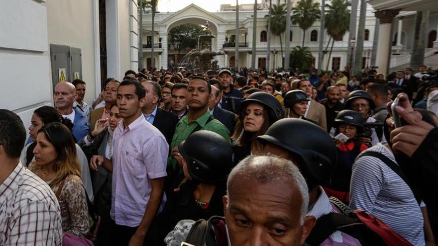 El Gobierno condena el asalto y pide una solución democrática en Venezuela