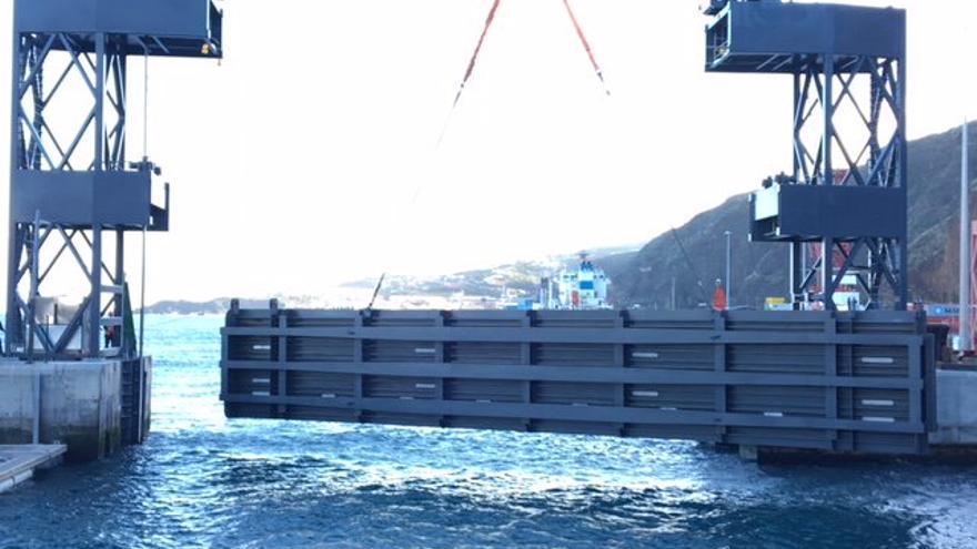 Un momento de la operación de acople de una de las dos compuertas en la bocana de la marina del Puerto de Santa Cruz de La Palma