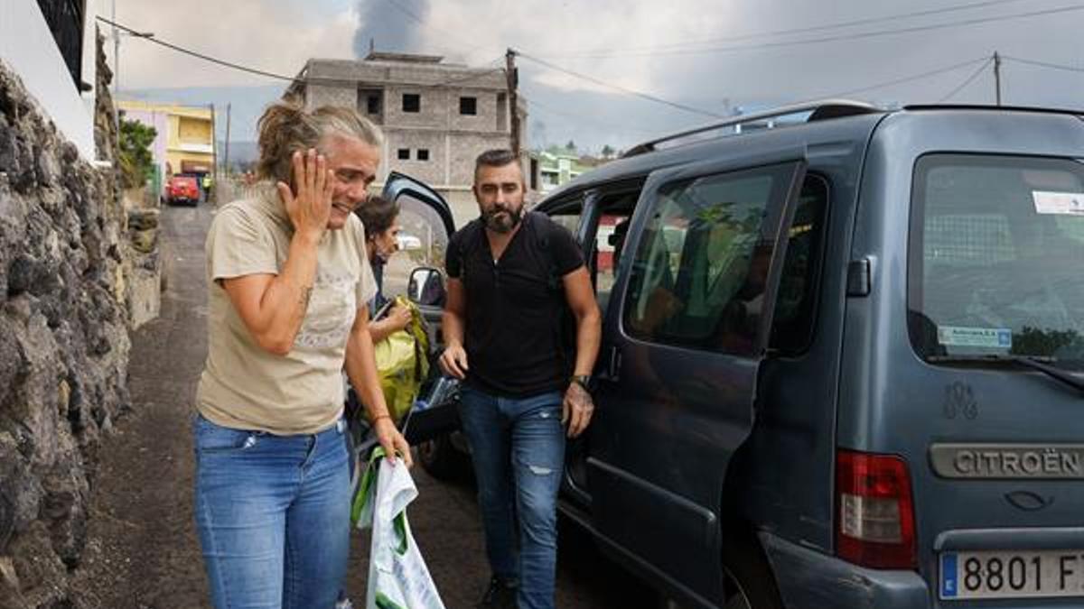 Personas desalojadas en el barrio de Todoque. (EFE)