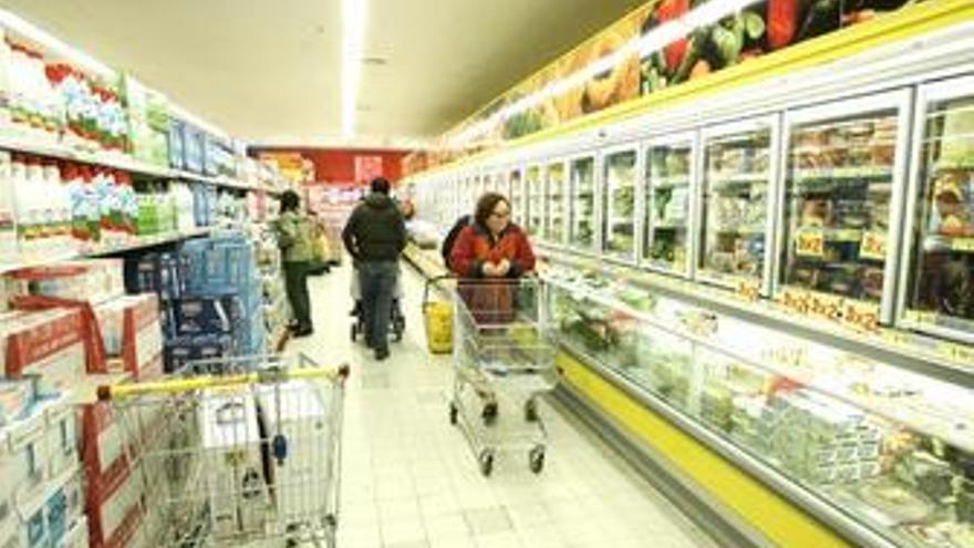 Gente comprando en un supermercado