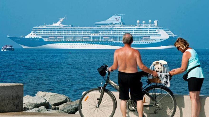 La compañía cruceros Thomson llega por primera vez a Roses con 1.800 turistas