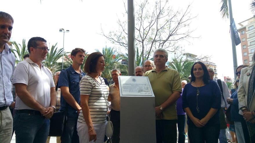 Instalación de la placa en homenaje a Miguel Grau en la plaza de Luceros de Alicante.