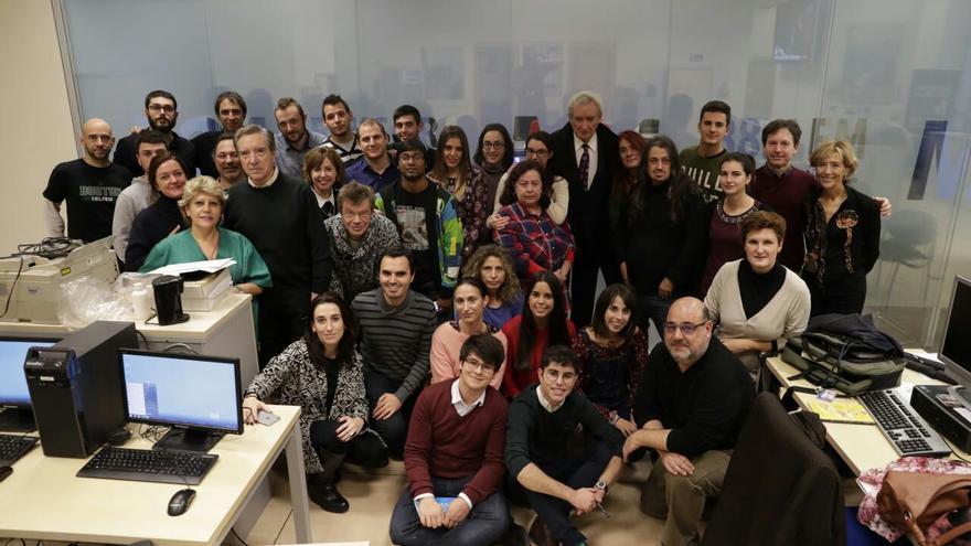 Iñaki Gabilondo y Luis del Olmo, junto a alumnos y la plantilla de la Emisora Escuela M21