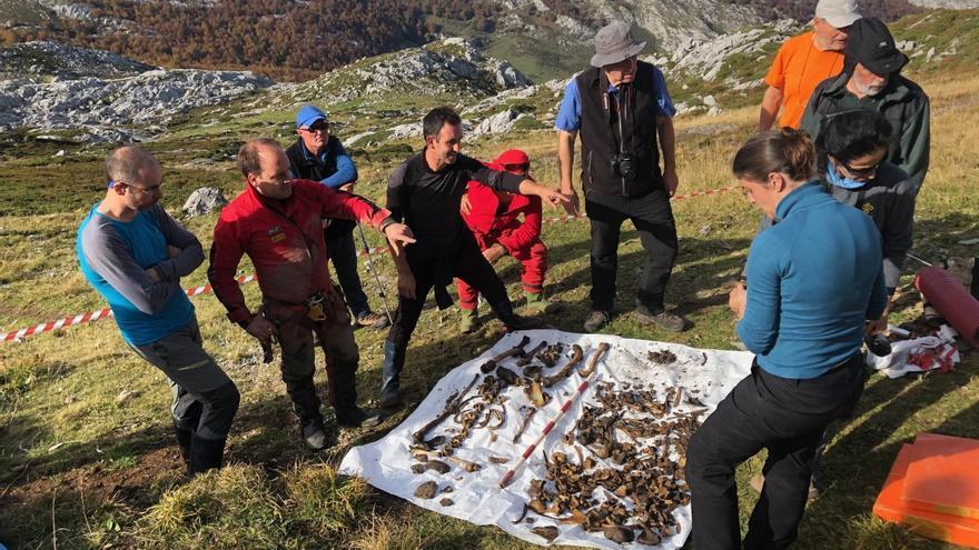 Espeleólogos y forenses ante los restos de Eloy Campillo. | ANTONIO BREVERS
