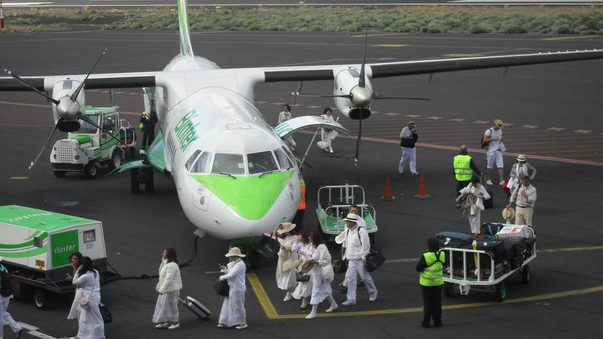 Imagen de archivo de un grupo de 'indianos' llegando a La Palma en un vuelo de Binter. Foto: JOSÉ RODRÍGUEZ ESCUDERO