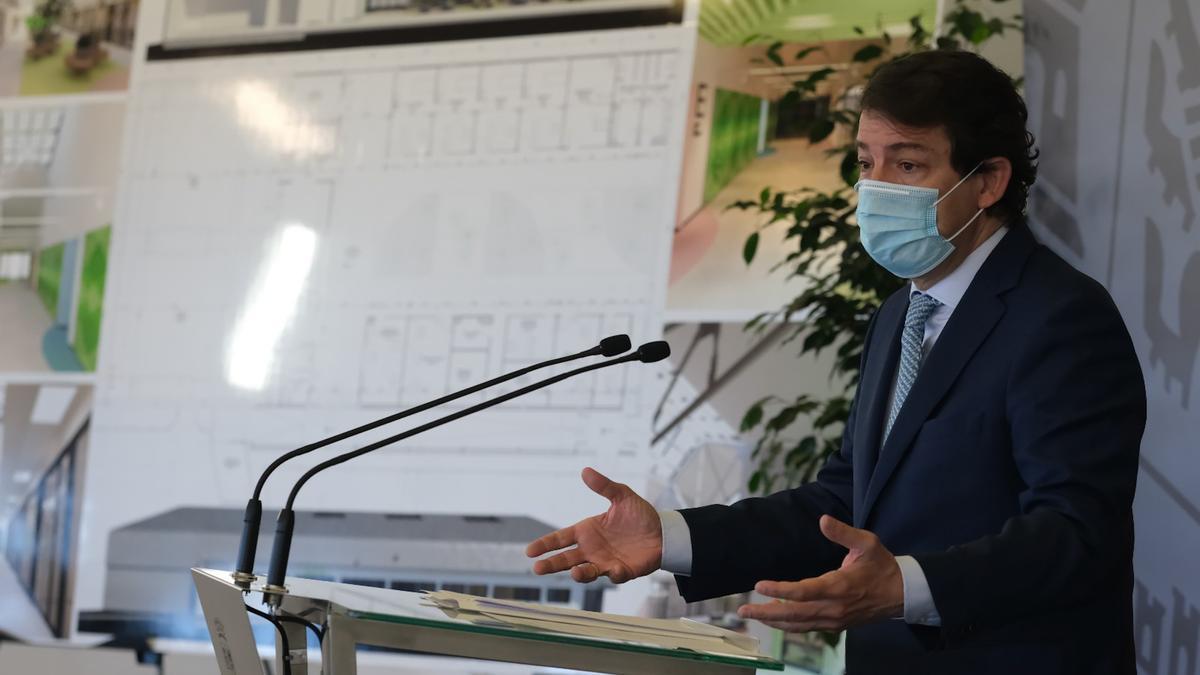 El presidente de Castilla y León, Alfonso Fernández Mañueco, este miércoles, en el Hospital de Ávila.