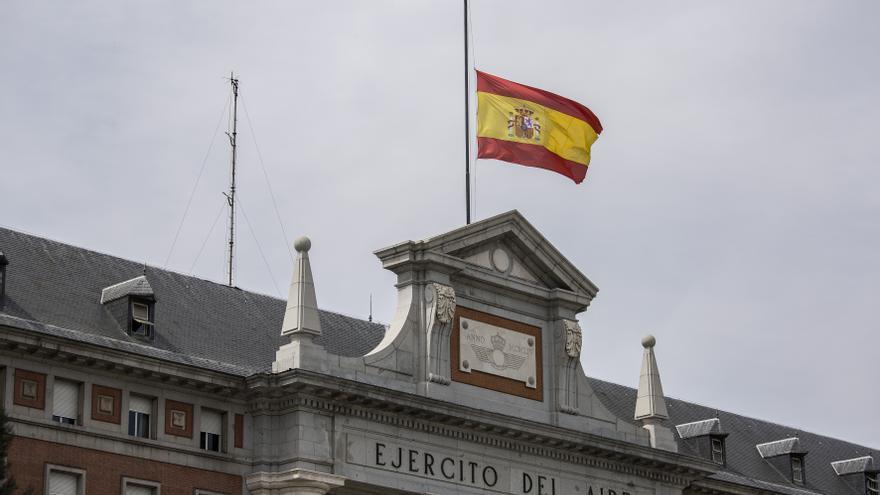 La bandera del Ejército del Aire, en Madrid, a media asta este jueves de Semana Santa / OLMO CALVO