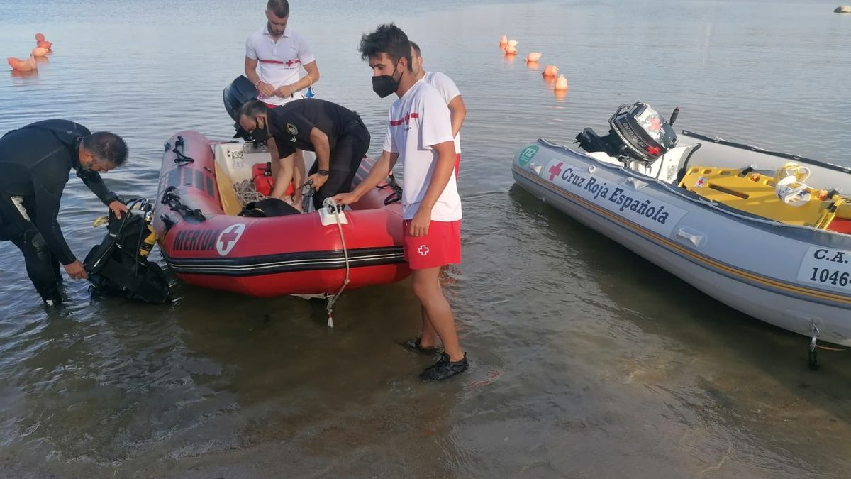 Equipos de Cruz Roja, un equipo del Grupo de Actividades Subacuáticas de la Guardia Civil y otro de los bomberos de la Diputación de Badajoz.