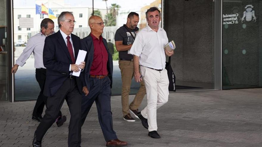 El exdirector del Icfem Diego León (d), junto con el también exdirector Francisco Almeida (i, detrás) y el exconsejero de Empleo regional Víctor Díaz. EFE/Ángel Medina G