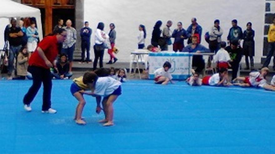 Luchada infantil en la plaza de España de Los Llanos.
