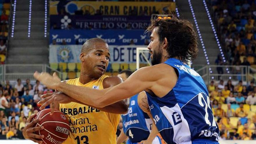 El escolta del Retabet Guipúzcoa Jordi Grimau (d) presiona al ala pivot dominicano del Herbalife Gran Canaria, Eulis Báez durante el partido de la primera jornada de la liga ACB que ambos equipos disputaron en el Gran Canaria Arena. (EFE/Elvira Urquijo A.).
