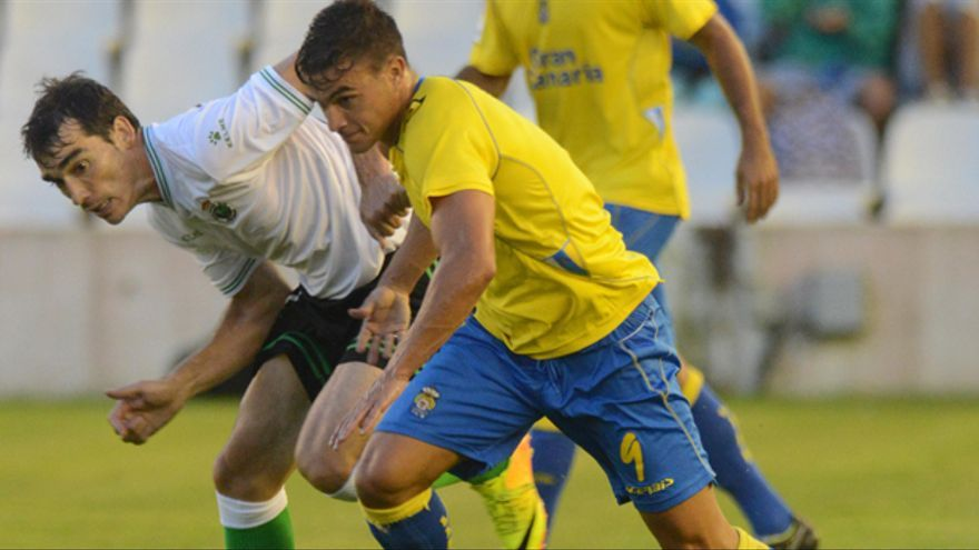 Asdrúbal pugna por un balón con un jugador del Racing de Santander.