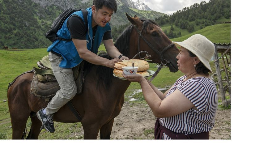 Azizbek Ashurov es bienvenido al llegar con su equipo legal a una comunidad aislada de personas apátridas en Kirguistán.
