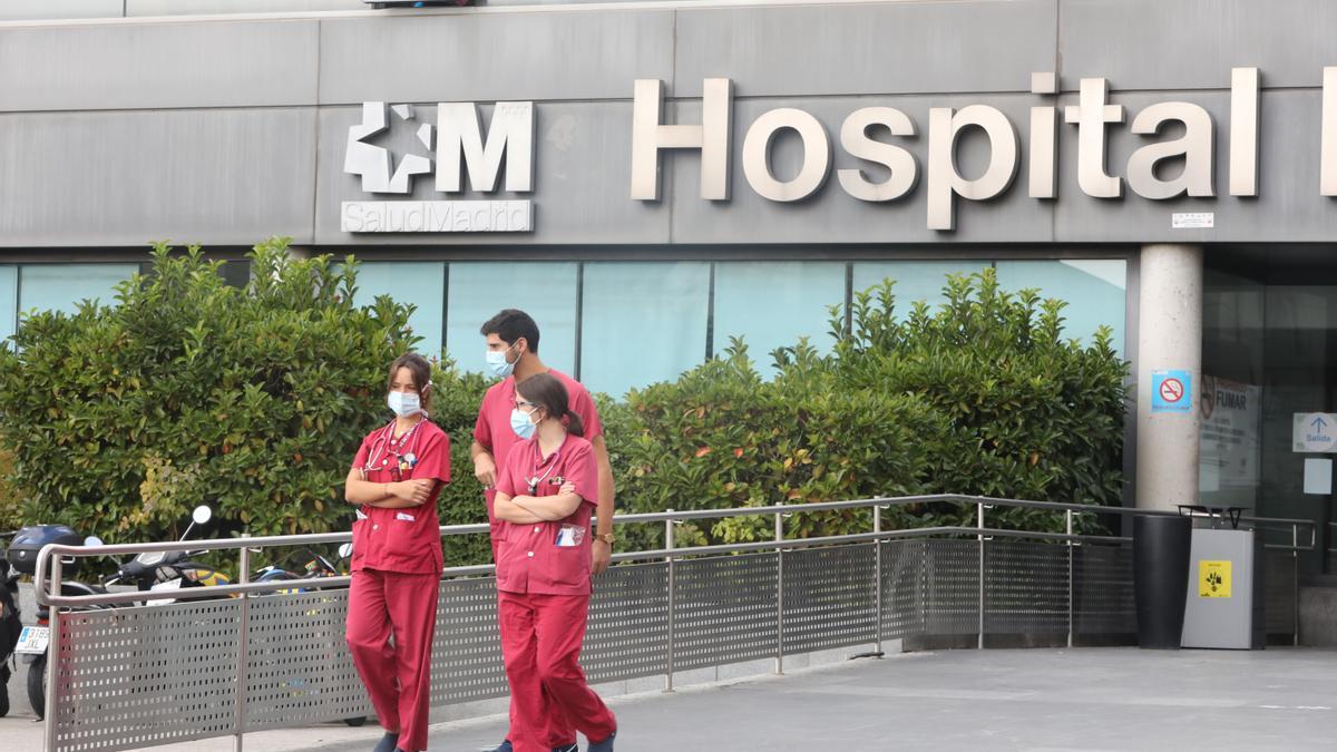 Varios trabajadores sanitarios pasean por las inmediaciones de la puerta del Hospital de La Paz, en Madrid (España), a 15 de septiembre de 2020.