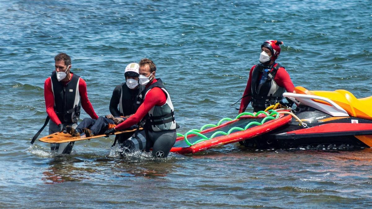 Efectivos de emergencias y de la Guardia Civil rescataron este viernes el cuerpo sin vida de un menor, la cuarta víctima del naufragio ocurrido anoche de una lancha neumática en la costa de Órzola