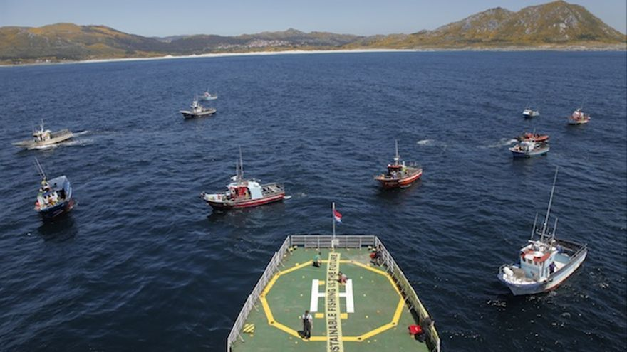 Concentración de barcos convocada por Greenpeace frente a la costa gallega (Markel Redondo / Greenpeace)