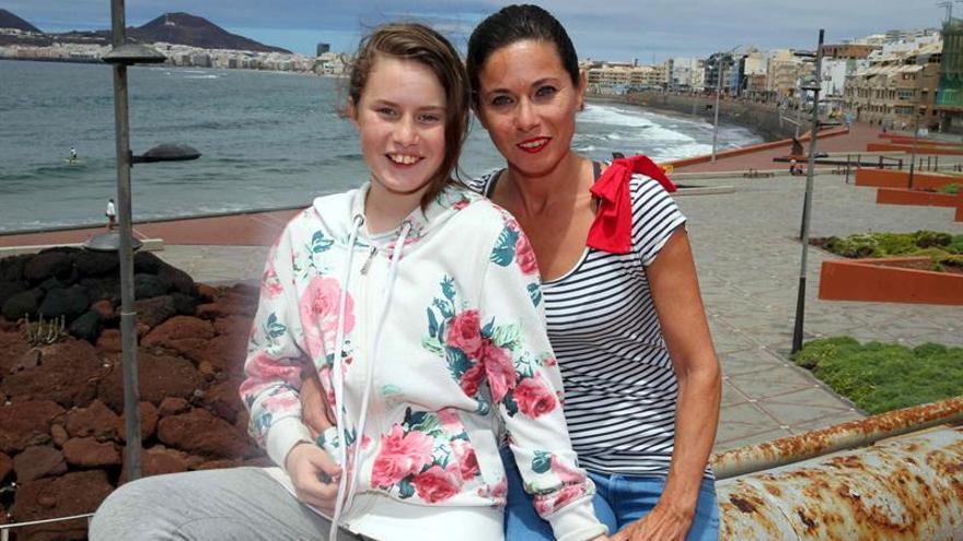 María Dolores Hernández junto a su hija, Claudia, durante las declaraciones que han realizado después de que la joven fuera ayudada por el actor Brad Pitt a salir de una multitud