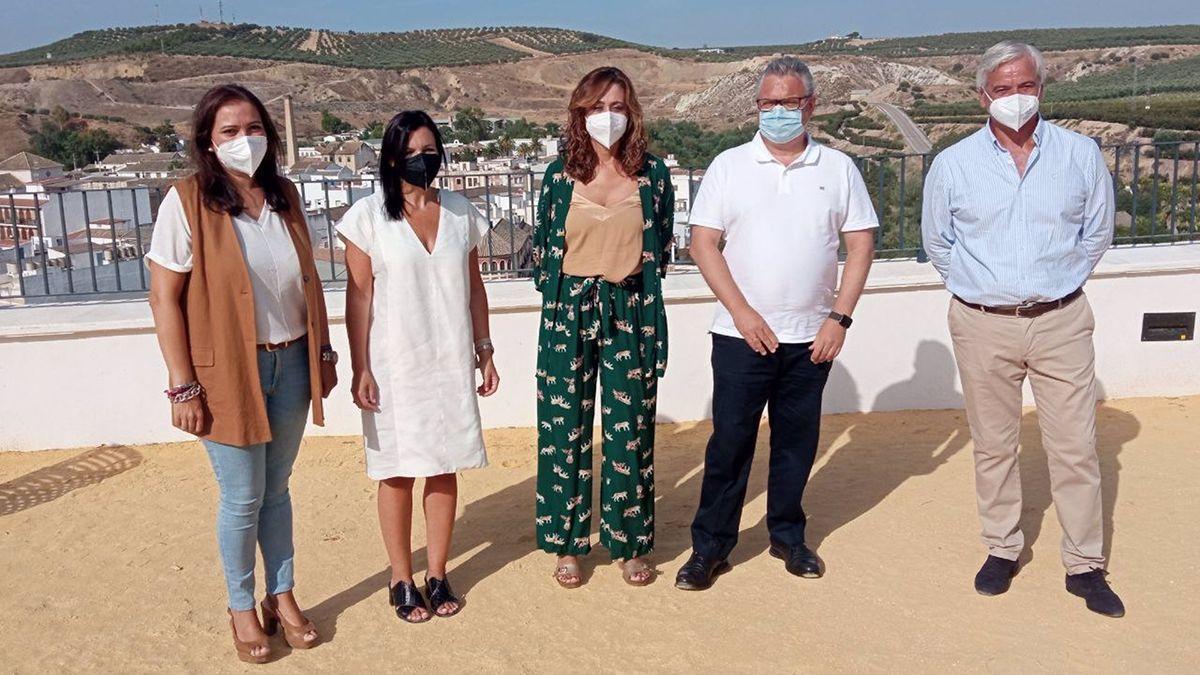 Felisa Cañete (centro) en su visita a Puente Genil.