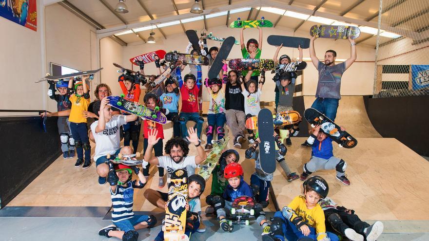 Gustavo y Diego Rosende junto a los niños y parte del equipo en el Extreme Center de Lanzarote (Playa Honda).