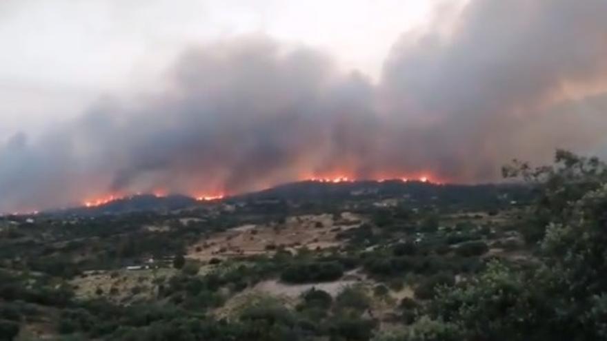 Imagen del incendio en Almorox (Toledo) desde Cadalso de los Vidrios (Madrid)
