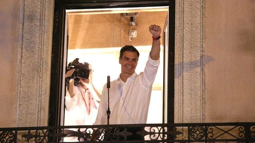 Pedro Sánchez en el balcón tras vencer las primarias.