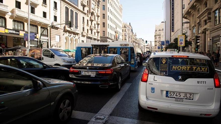 El Ayuntamiento gravará a los coches contaminantes con un SER un 50% más caro