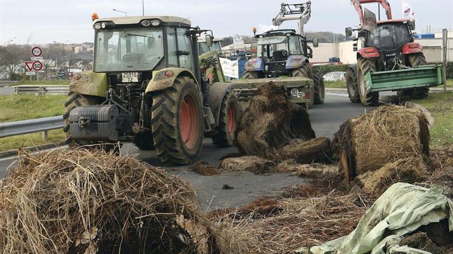 Los ganaderos franceses critican en la sede de Lactalis el precio de la leche