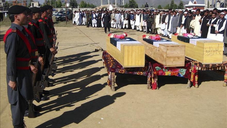 Mueren cinco policías en dos ataques contra equipos de la polio en Pakistán