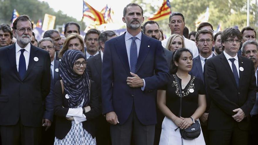 Cabecera de políticos y el Rey en la manifestación de Barcelona