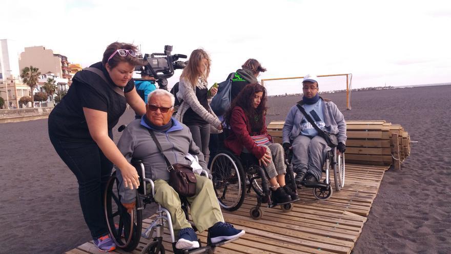 Personas con discapacidad este jueves en la playa de Santa Cruz de La Palma.