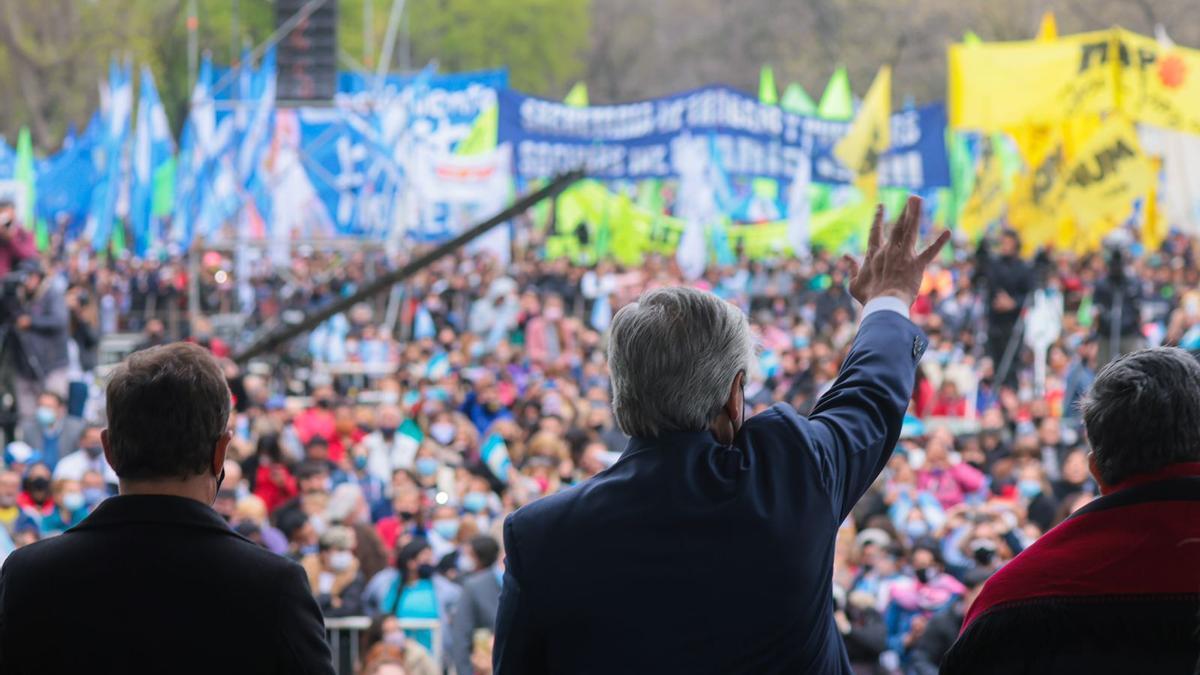 El presidente Fernández, entre Kicillof y Mario Ishii, el miércoles, en un acto en José C.Paz. Lluvia de anuncios.