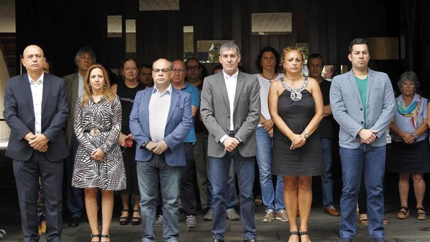 El presidente del Gobierno de Canarias, Fernando Clavijo (3º d), junto a otros miembros del Ejecutivo , durante el minuto de silencio que se guardó en memoria de la mujer asesinada en Santa Cruz de Tenerife