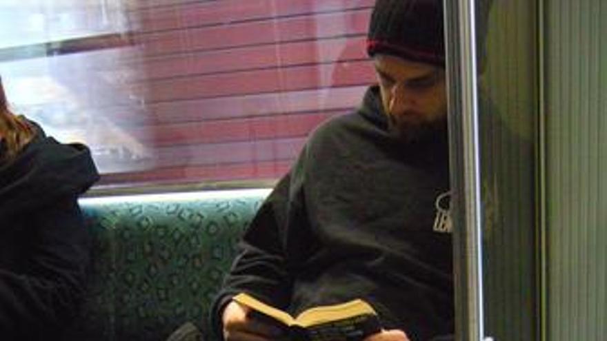 Persona leyendo en el metro
