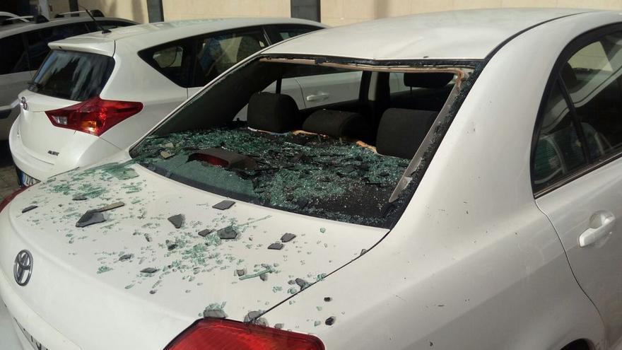 Daños ocasionados a un vehículo por la caída de la ventana. (TWITTER POLICÍA LOCAL)